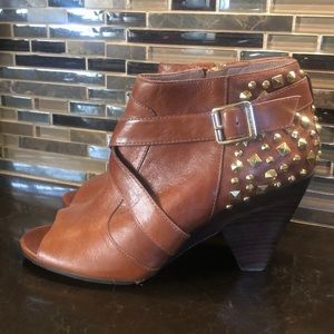 Vince Camuto acorn tan gold Padara open booties